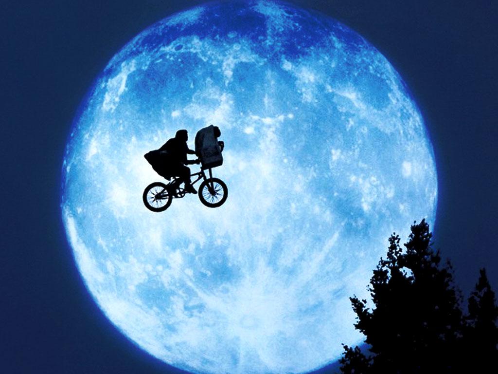 E.T.を自転車に乗せて空を飛ぶシーン